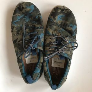 CAMO TOMS LACE UP SNEAKER